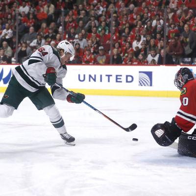 Corey Crawford räddar Mikael Granlunds skott, Minnesota-Chicago, januari 2017.