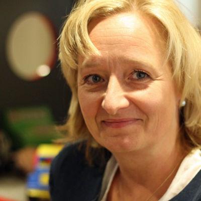 Psykoterapeut Nina Vaaranen-Valkonen utanför Rädda Barnens kontor