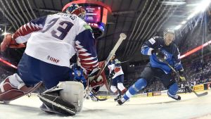 Brittiska landslagets hockeymålvakt Ben Bowns filmad bakifrån.