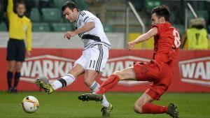 Tim Sparv (till höger) försöker stoppa Nemanja Nicolic.
