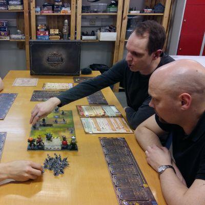 Björn Fast, Ari Suomi, Niclas Willberg och Thomas Sundell sitter och spelar brädspel.