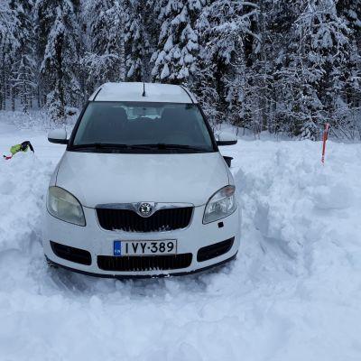 Skodalle on kaivettu paksuun lumeen pysäköintipotero mökkitien päähän.