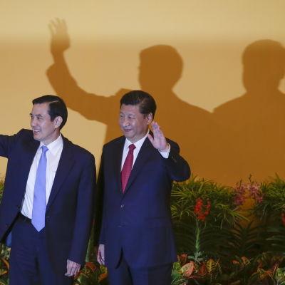 Taiwans president Ma Ying-Jeou (t.v) och Kinas president Xi Jinping vinkar och ler då de träffades i Singapore den 7 november 2015 för första gången på 60 år.