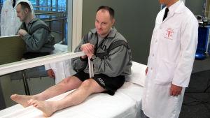 Oikean jalkansa menettänyt mies katselee vasemman jalkansa peilikuvaa, jolloin syntyy illuusio kahdesta vierekkäisestä jalasta.
