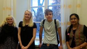 Lotta Storbacka, Fanny Willman, Samuel Holm, Shrusti Gannur, elever VÖS gymnasium
