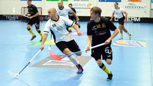 Två spelare springer bredvid varandra.