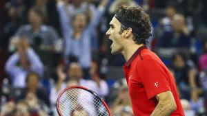 Roger Federer firar.