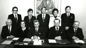 Svenska riksdagsgruppen poserar 1975. På bilden finns Kristian Gestrin, Ragnar Granvik, Evald Häggblom, Håkan Malm, Ingvar S. Melin, Elly Sigfrids, Pär Stenbäck, Christoffer Taxell, Henrik  Westerlund och Jutta Zilliacus.