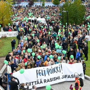 Väkijoukko Peli poikki -mielenosoituksessa syyskuussa 2016.