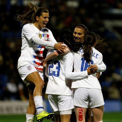 Yhdysvallat juhlii maalia Espanjaa vastaan pelatussa ottelussa.