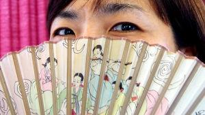 Koreansk kvinna med solfjäder.