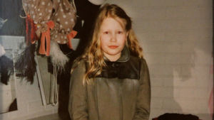 Helena Juntunen lapsena rooliasussa.