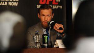 Conor McGregor under en presskonferens.