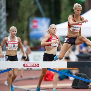 Camilla Richardsson hoppar över ett hinder.