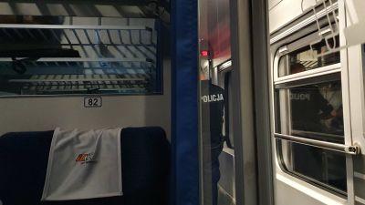 Polisen förhör en passagerare på ett tåg i Polen
