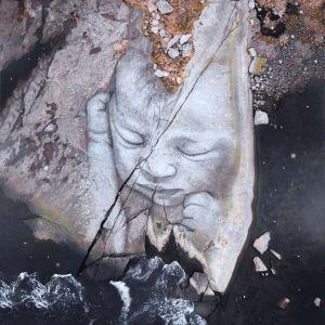 En nyfödd bebis målad på klippor