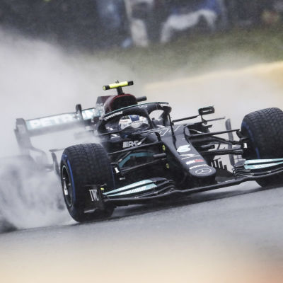 Valtteri Bottas ajaa formula-autoa sateessa.