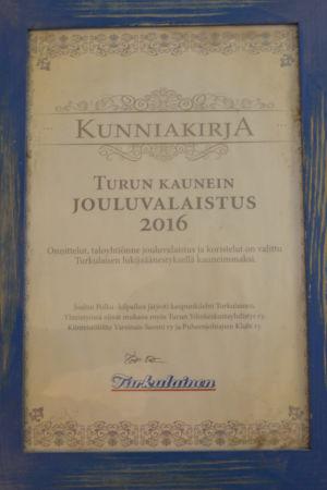 Ett diplom i blå ram för Årets julbelysning 2016 i Åbo.