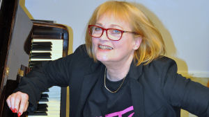 Irina Milan vid ett piano.