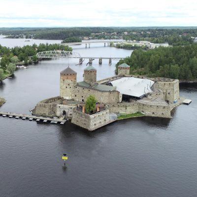 Olavinlinna Savonlinnan oopperajuhlien aikaan heinäkuussa 2019.