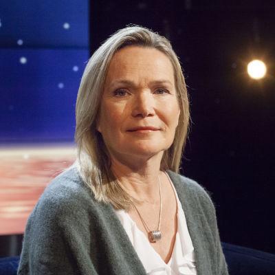 Professor Mirjam Kalland sitter i en fåtölj i Daniel Olins tv-studio.