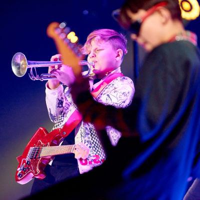 Viggo från MGP-vinnarbandet Lynx spelar trumpet.