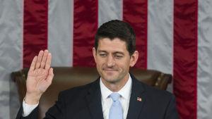 Republikanen Paul Ryan svär eden som ny talman i representanthuset.