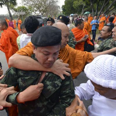 Thailändska munkar drabbar samman med soldater som försöker förhindra munkarnas demonstration för en  ny patriark