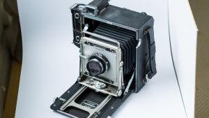 Vanha kamera tuotekuvauksen kohteena.