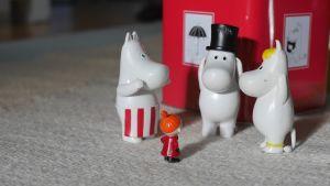 Muminfigurer och Mumin-plåtburk.