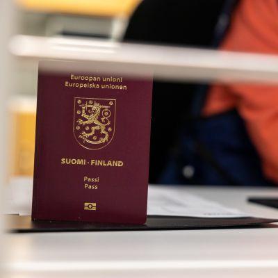 Passi toimiston lasiseinän takana pöydällä pystyssä