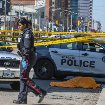 Polisen har spärrat av Yonge Street i Toronto efter att en skåpbil körde över flera fotgängare.