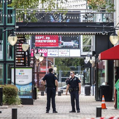 Två polisder står posterade utanför det köpcentrum i Jacksonville där skjutningen ägde rum.