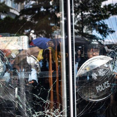 Tumult vid en regeringsbyggnad i Hongkon