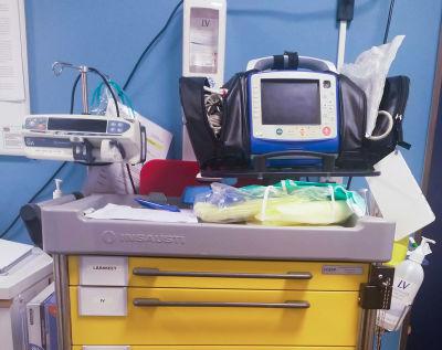 En sjukhuskärra med utrustning på.