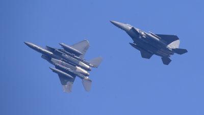 Två sydkoreanska jaktplan manövrerar på nära håll under en övning i Sydkorea 2016.
