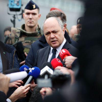Frankrikes inrikesminister Bruno Le Roix talar med journalister efter att en misstänkt attentatsman sköts ihjäl på Orly-flygplatsen 18.3.3017