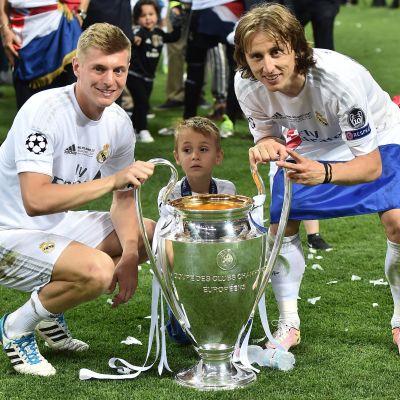 Toni Kroos och Luka Modric firade seger i Champions League för ett år sedan.