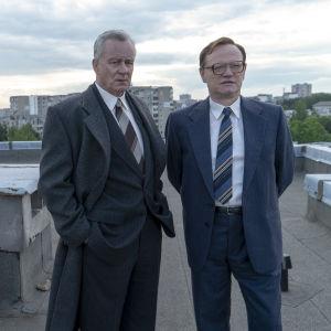 Stellan Skarsgård och Jared Harris i HBO-serien Chernobyl.