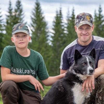 Paavo ja Johannes Lehtomäki poseeraavat koiransa kanssa kameralle.