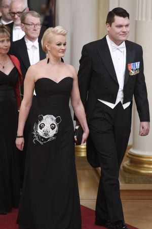 Man och kvinna på väg in i presidentens slott