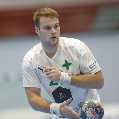 Richard Sundberg håller i en handboll.