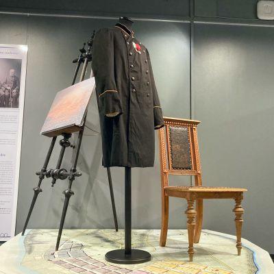Lennätinvirkailijan kaksirivinen venäläistyylinen virkatakki Tornionlaakson museon näyttelyssä.
