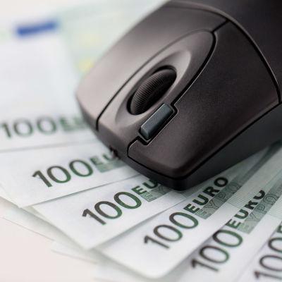Bild på en datornmus och flera 100-eurossedlar.