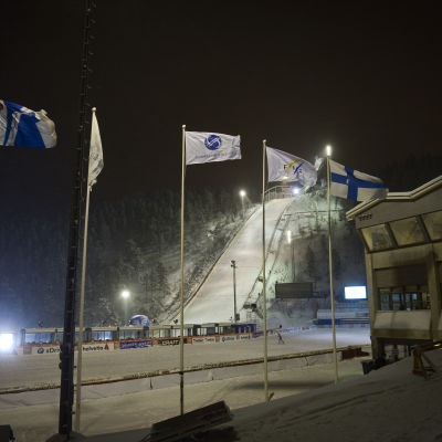 Skidcentret i Kuusamo i kvällsbelysning.