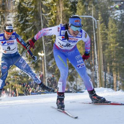 Jessica Diggins skuggar Krista Pärmäkoski vid VM i Lahtis 2017.