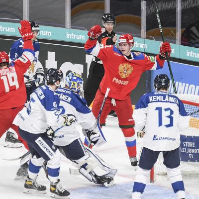 Ryska spelare jublar efter ett mål, Lejonen deppar.
