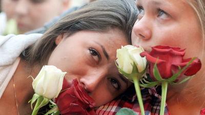 Två flickor med rosor, och tårar i ögonen i Oslo 25.7.2011