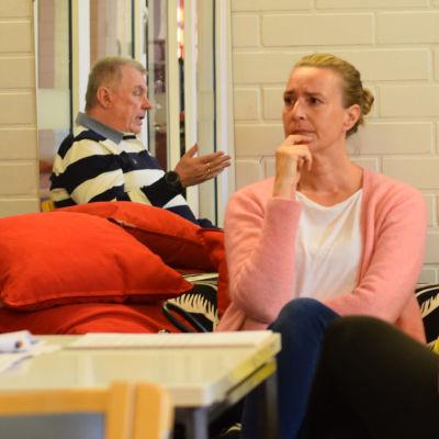 Daniela Andersson, ordförande för Hem och Skola vid Kyrkfjärdens skola, sitter och pratar med Ingås tekniska chef Peter Bergman (som syns via en spegel).