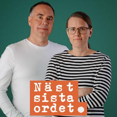 Jens och Jenny står mot en grön bakgrund och ser rakt in i kameran.